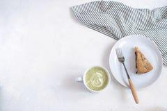 Έννοια cosiness φθινοπώρου - πίτα και τσάι δαμάσκηνων στοκ φωτογραφία
