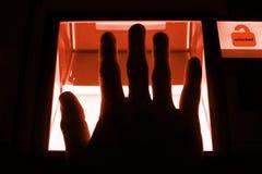 Έννοια Cybersecurity - το πρόσωπο ξεκλειδώνει έναν υπολογιστή σε μια συσκευή με τα δακτυλικά αποτυπώματά του Στοκ Εικόνα