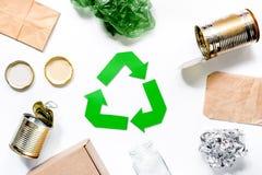 Έννοια Eco με την ανακύκλωση του συμβόλου στην άσπρη τοπ άποψη υποβάθρου Στοκ Εικόνες