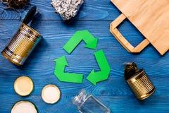 Έννοια Eco με την ανακύκλωση του συμβόλου στην μπλε τοπ άποψη επιτραπέζιου υποβάθρου Στοκ Φωτογραφία