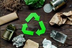 Έννοια Eco με την ανακύκλωση του συμβόλου στην ξύλινη τοπ άποψη επιτραπέζιου υποβάθρου Στοκ φωτογραφία με δικαίωμα ελεύθερης χρήσης
