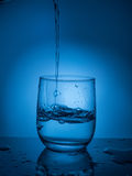 έννοια ecologycal Συντήρηση νερού, υδάτινοι πόροι, καθαρισμός, σαφές νερό, διαρροή νερού Τρόπος ζωής για την υγειονομική περίθαλψ Στοκ Εικόνες
