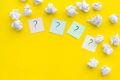 Έννοια FAQ Το ερωτηματικό στις κολλώδεις σημειώσεις τσαλάκωσε πλησίον το έγγραφο για το κίτρινο διάστημα αντιγράφων άποψης υποβάθ στοκ εικόνες