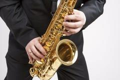 Έννοια Mucs Κινηματογράφηση σε πρώτο πλάνο των χεριών του παιχνιδιού φορέων Saxophone σε Sa Στοκ Εικόνες