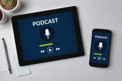Έννοια Podcast στην οθόνη ταμπλετών και smartphone Στοκ Εικόνα