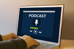 Έννοια Podcast στην οθόνη φορητών προσωπικών υπολογιστών στον ξύλινο πίνακα Στοκ φωτογραφίες με δικαίωμα ελεύθερης χρήσης