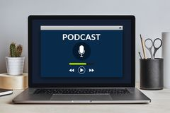 Έννοια Podcast στην οθόνη lap-top στο σύγχρονο γραφείο Στοκ εικόνα με δικαίωμα ελεύθερης χρήσης