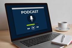 Έννοια Podcast στη σύγχρονη οθόνη φορητών προσωπικών υπολογιστών στον ξύλινο πίνακα Στοκ εικόνα με δικαίωμα ελεύθερης χρήσης