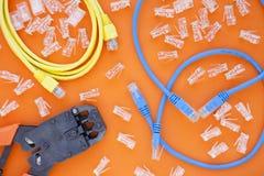Έννοια SKS και εφαρμοσμένης μηχανικής Σύνολο συνδετήρων, ethernet και καλώδια κονσολών, crimp εργαλείο στο άσπρο υπόβαθρο στοκ εικόνες