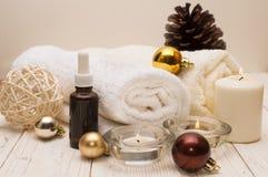 Έννοια SPA, αντικείμενα wellness στις ξύλινες εγκαταστάσεις, υπόβαθρο Χριστουγέννων Παρούσες διακοπές Στοκ Φωτογραφίες