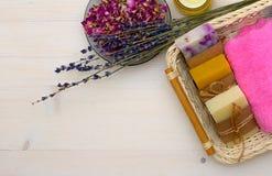 Έννοια SPA και λουτρών με το φυσικό σαπούνι στο ξύλινο υπόβαθρο Στοκ Φωτογραφίες