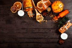 Έννοια SPA στο ξύλινο υπόβαθρο: Αρωματικά πετρέλαια, άλας, σαπούνι, εσπεριδοειδή, κεριά κανέλας Στοκ εικόνα με δικαίωμα ελεύθερης χρήσης