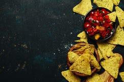 Έννοια tex-Mex, σάλτσα Salsa και Nachos, υπόβαθρο τροφίμων, κορυφή VI στοκ φωτογραφία με δικαίωμα ελεύθερης χρήσης
