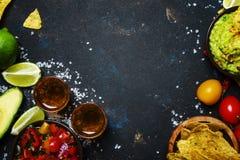 Έννοια tex-Mex, Nachos, Guacamole, σάλτσα Salsa και Tequila, Foo στοκ φωτογραφίες
