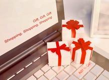 Έννοιες ή on-line αγορές δώρων, με ένα μήνυμα στο πληκτρολόγιο ωτορινολαρυγγολογικό στοκ εικόνες