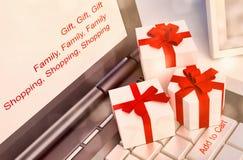 Έννοιες ή on-line αγορές δώρων, με ένα μήνυμα στο πληκτρολόγιο ωτορινολαρυγγολογικό Στοκ Φωτογραφία