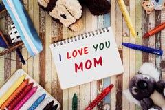 Έννοιες ευχετήριων καρτών ημέρας μητέρων με σ' αγαπώ το κείμενο Mom, cra Στοκ Εικόνες