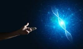 Έννοιες ιατρικής και τεχνολογίας επιστήμης ως μόριο DNA στο σκοτεινό υπόβαθρο με τις γραμμές σύνδεσης Στοκ φωτογραφία με δικαίωμα ελεύθερης χρήσης