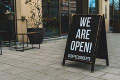 Έννοιες καφέ, φραγμός καφέ, είμαστε ανοικτός πίνακας πεζοδρομίων, Parnassusweg Άμστερνταμ στοκ φωτογραφία με δικαίωμα ελεύθερης χρήσης