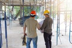 Έννοιες, μηχανικός και αρχιτέκτονας κατασκευής που λειτουργούν στο εργοτάξιο οικοδομής Στοκ Εικόνες