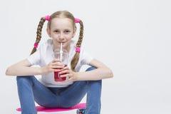 Έννοιες παιδιών Λίγη καυκάσια ξανθή τοποθέτηση κοριτσιών με ρόδινο Penn Στοκ φωτογραφία με δικαίωμα ελεύθερης χρήσης