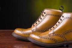 Έννοιες υποδημάτων Ζευγάρι μαυρισμένων των ασφάλιστρο μποτών μΑ ντέρπι ξοντρών παπούτσεων Στοκ Εικόνες