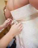 δένοντας γάμος φορεμάτων τόξων Στοκ Φωτογραφίες