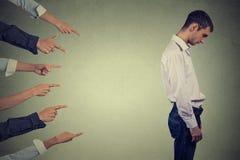 Ένοχος τύπος προσώπων κατηγορίας Δευτερεύον λυπημένο άτομο σχεδιαγράμματος που εξετάζει κάτω από πολλά δάχτυλα που δείχνουν τον Στοκ εικόνα με δικαίωμα ελεύθερης χρήσης