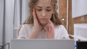Ένταση και απογοήτευση, λυπημένο θηλυκό με την πίεση και πονοκέφαλος απόθεμα βίντεο