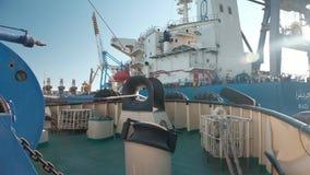Ένταση του θαλάσσιου τη σχοινιού του βαρούλκου κατά ρυμούλκηση του σκάφους απόθεμα βίντεο