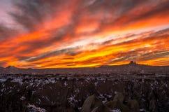 Έντονο κόκκινο ηλιοβασίλεμα πέρα από το δύσκολο Cappadocia, Τουρκία Στοκ Εικόνες