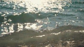 Έντονο φως του φωτός του ήλιου στην επιφάνεια νερού Αντανάκλαση του φωτός στα κύματα θάλασσας φιλμ μικρού μήκους