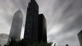 Δέντρα και κτήρια μέσα στο στρογγυλό έδαφος με την κίνηση της ομίχλης στη νεφελώδη ημέρα απόθεμα βίντεο