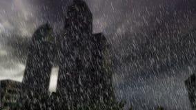 Δέντρα και κτήρια μέσα στο στρογγυλό έδαφος με τη δυνατή βροχή στη νεφελώδη ημέρα με τις θαμπάδες φιλμ μικρού μήκους