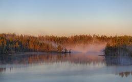 δέντρα σκιαγραφιών πρωινού τοπίων σπιτιών ομίχλης Στοκ φωτογραφία με δικαίωμα ελεύθερης χρήσης