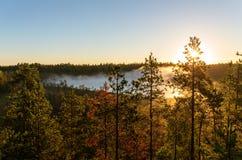 δέντρα σκιαγραφιών πρωινού τοπίων σπιτιών ομίχλης Στοκ εικόνες με δικαίωμα ελεύθερης χρήσης