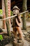 δέντρο γλυπτών ξυλουργών τσεκουριών ξύλινο Στοκ Εικόνες