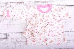 ένωση αγαθών σκοινιών για άπλωμα μωρών Μπλούζα μωρών και pijama ολισθαινόντων ρυθμιστών εσωρούχων Στοκ Εικόνες
