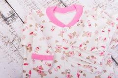 ένωση αγαθών σκοινιών για άπλωμα μωρών Μπλούζα μωρών και pijama ολισθαινόντων ρυθμιστών εσωρούχων Στοκ Εικόνα