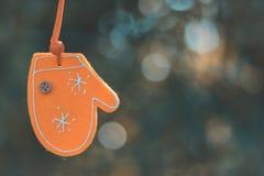 Ένωση γαντιών διακοσμήσεων Χριστουγέννων με το υπόβαθρο φύσης bokeh Στοκ Εικόνες