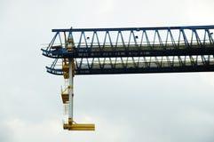 Ένωση γερανών σιδηροδρόμων στον ουρανό στοκ εικόνα με δικαίωμα ελεύθερης χρήσης