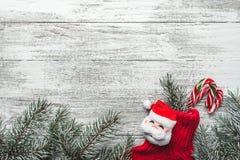 Ένωση γυναικείων καλτσών Χριστουγέννων στο ξύλινο κλίμα Στοκ Φωτογραφία
