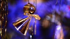 Ένωση διακοσμήσεων Χριστουγέννων στο χριστουγεννιάτικο δέντρο απόθεμα βίντεο