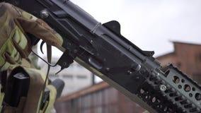 Ένωση ενός περιοδικού με το επιθετικό τουφέκι Κλείστε αυξημένος του εξοπλισμού airsoft απόθεμα βίντεο