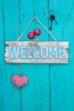 Ένωση ευπρόσδεκτων σημαδιών στην αγροτική ξύλινη πόρτα στοκ εικόνα με δικαίωμα ελεύθερης χρήσης