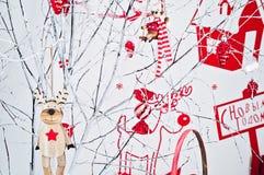 Ένωση διακοσμήσεων Χριστουγέννων σε έναν κλάδο στοκ εικόνα