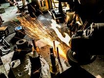 Ένωση και λείανση μέσα στους σπινθήρες και τον καπνό διαδικασίας παραγωγής Στοκ Εικόνα