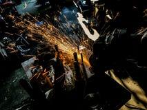 Ένωση και λείανση μέσα στους σπινθήρες και τον καπνό διαδικασίας παραγωγής Στοκ φωτογραφία με δικαίωμα ελεύθερης χρήσης