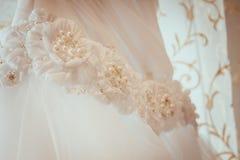 Ένωση και λουλούδια γαμήλιων φορεμάτων Στοκ Φωτογραφία