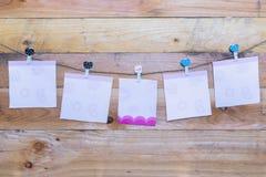 Ένωση καρδιών εγγράφου στη σκοινί για άπλωμα Στο παλαιό ξύλινο θέμα ημέρας background Στοκ φωτογραφίες με δικαίωμα ελεύθερης χρήσης
